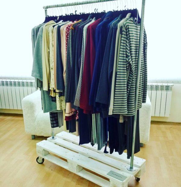 Рейл для одежды из паллеты и труб в стиле лофт